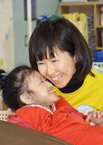 「糸賀一雄記念未来賞」に選ばれたNPO法人「みらい予想図」の理事長、山崎理恵さんと娘の音十愛さん