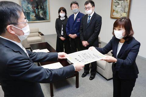 近藤編集局長(左)から表彰状を受け取る殿川さん=徳島新聞社