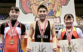 重量挙げで優勝した(左から)明石南の木村咲紀、県尼崎工の大西裕也、須磨友が丘の西浦実桜(提供写真)