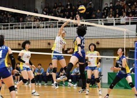 第3セット、岡山シーガルズの大楠鼓雪(中央左)がアタックを決め、14ー9とする=猫田記念体育館