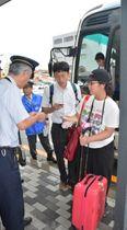 代行輸送のバスで本八戸駅に到着した利用客=20日午前10時10分ごろ