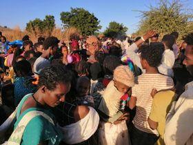 24日、エチオピア北部ティグレ州からスーダンに逃れた人たち(ゲッティ=共同)