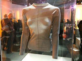 ユニクロが米デザイナーのアレキサンダー・ワン氏と組んで開発した「ヒートテック」の新商品=23日、ニューヨーク(共同)