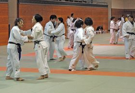 視覚障害者柔道の強化合宿で練習する選手たち(滋賀県立武道館)