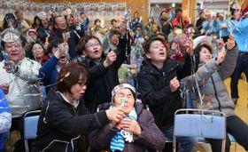 高木菜那選手の金メダルの瞬間、クラッカーを鳴らして喜ぶ祖母(中央)や家族ら=24日午後9時43分(村本典之撮影)
