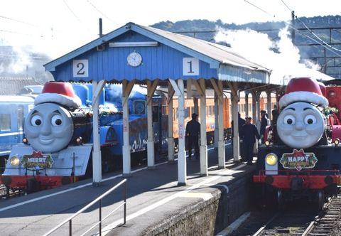 クリスマス仕様の「きかんしゃトーマス号」(左)と「ジェームス号」=13日午前10時ごろ、大井川鉄道新金谷駅