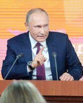 年末恒例の記者会見で質問に答えるプーチン大統領=2017年12月14日、モスクワ