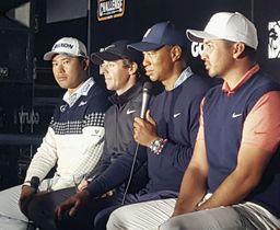 ZOZOチャンピオンシップを前に記者会見するタイガー・ウッズ(右から2人目)ら。左端は松山英樹=21日、習志野CC