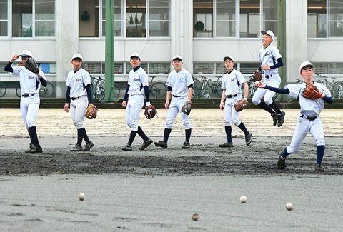 ノックを待つ間も、距離を空けるように心掛ける南野球部(南高グラウンド)