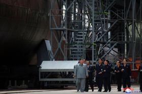 新たに建造した潜水艦を視察する金正恩朝鮮労働党委員長(朝鮮中央通信=共同)