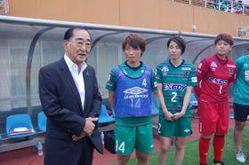 【選手らを激励する森理事長(左)=鈴鹿市御薗町の三重交通Gスポーツの杜鈴鹿で】
