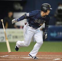 1回、左前打を放つオリックス・吉田正=京セラドーム