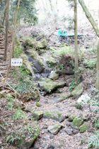 水が枯れた栗原川上流の「三段の滝」=昨年12月、伊勢原市三ノ宮