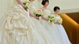 ウエディングドレスに身を包み、笑顔を見せる参加者