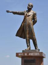 さっぽろ羊ケ丘展望台のクラーク博士の銅像=2日、札幌市