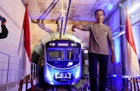 式典でMRTの開業を宣言したインドネシアのジョコ大統領=24日、ジャカルタ(共同)
