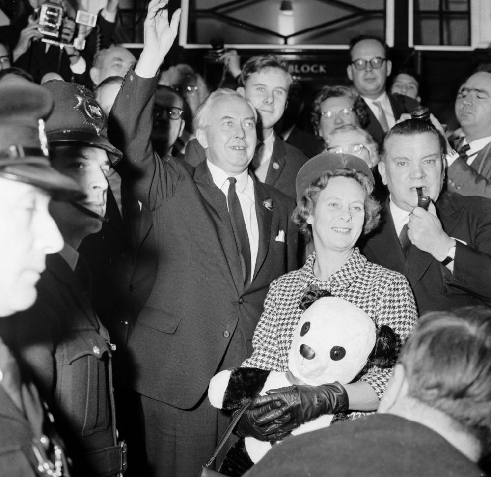 1964年10月16日、英国の総選挙に勝利した労働党のウィルソン党首=ロンドン(ゲッティ=共同)