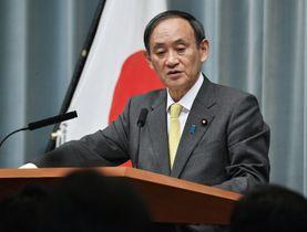 記者会見で質問に答える菅官房長官=21日午前、首相官邸