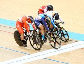 アジア選手権の女子ケイリンで2着でゴールする小林優香(手前)=韓国・鎮川(c)MoreCADENCE