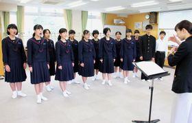 本番へ向けて練習に励む合唱団=長崎大付属中