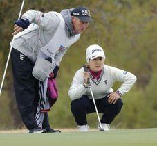第1ラウンド、ラインを読む畑岡奈紗(右)=オールドアメリカンGC(共同)