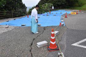 鵜戸神宮の第1駐車場で見つかった亀裂。約30台分が駐車できなくなっている