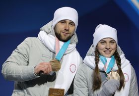 平昌冬季五輪のカーリング混合ダブルスで、銅メダルを獲得したアレクサンドル・クルシェルニツキー選手(左)=14日、韓国・平昌(タス=共同)