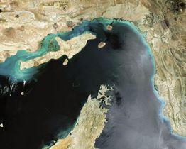 ホルムズ海峡の衛星写真(ゲッティ=共同)