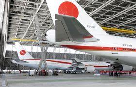 航空自衛隊千歳基地で公開された新政府専用機。手前は現行機=24日、北海道千歳市