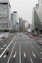 G20サミットの開幕を前に、閑散としたJR大阪駅前の道路=27日午前