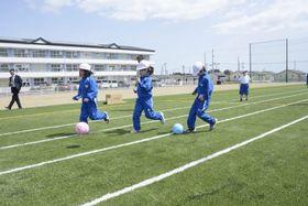 なみえ創成小1、2年の体育の合同授業で、サッカーボールを蹴る児童=4月16日午前、福島県浪江町
