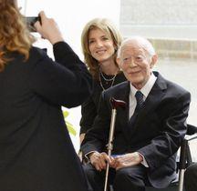 2013年12月、長崎市を訪れたケネディ駐日米大使(当時)と写真に納まる土山秀夫氏