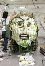こばりアートフェスティバルに並ぶ「やさいアート」=18日、新潟市西区