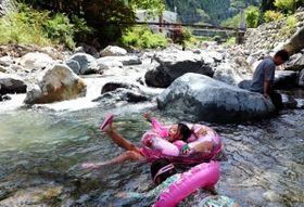 バーベキューの合間に福知渓谷で泳ぐ児童ら=宍粟市一宮町福知
