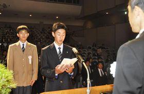 新入生を代表し誓いの言葉を述べる河原高等専修学校の金子さん