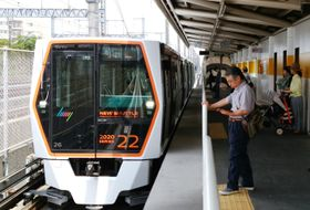 埼玉新都市交通、ニューシャトルの車両=2016年