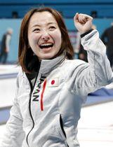 カーリング女子で銅メダル獲得し、目を潤ませながらガッツポーズする藤沢=江陵(共同)