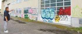 約40メートルにわたって落書きされた倉庫の外壁=岩瀬漁港