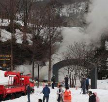 地下の模擬坑道に通じる入口から白煙があがる火災現場=19日午前9時35分、夕張市石炭の歴史村(小川正成撮影)