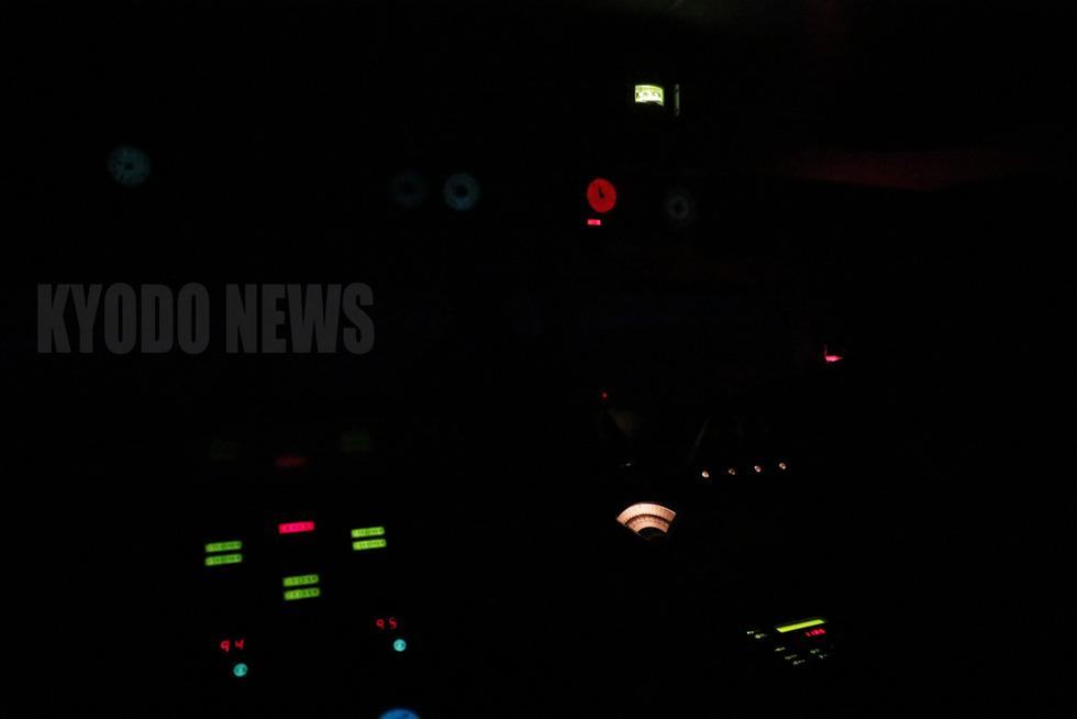 夜の艦橋は真っ暗。カメラの感度を上げても操舵席の周りの計器類がぼぉっと浮かびあがるだけ。肉眼で見る明るさもこんなもんである。