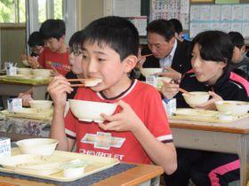 特別メニューの給食を頰張る福田小の児童