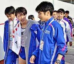 あと一歩で入賞に届かず悔しさを浮かべる本県チームの(左から)遠藤、住吉秀昭、半沢ら