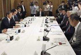 首相官邸で開かれた野生鳥獣肉(ジビエ)の利用拡大に向けた省庁横断の会議=18日午後