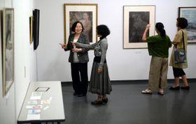 油彩など50点を展示している長友紀美子さんの初個展「50年の歩み展」=16日午前、宮日会館2Fパピルスギャラリー(松元信二郎撮影)