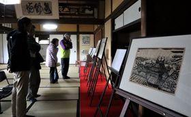 聖福寺を題材にした版画などが並ぶ会場=長崎市、聖福寺方丈の間