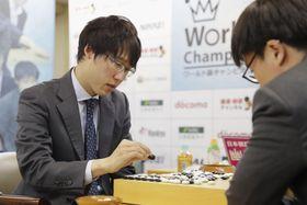 囲碁の世界戦、第3回ワールド碁チャンピオンシップで、中国の江維傑九段(右)に勝利した井山裕太五冠=18日、東京都千代田区