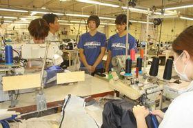 トンボの美咲工場を見学するシーガルズの選手