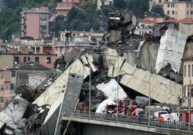 イタリア北部ジェノバで崩落した高速道路の高架橋=14日(ロイター=共同)