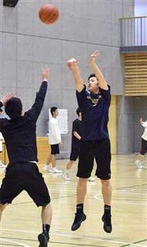 練習で3点シュートを放つ秋田工の選手。外角シュートはチームの大きな武器=同校体育館
