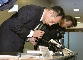 新たな違反物件が判明した問題などで、謝罪する大和ハウス工業の芳井敬一社長(手前)ら=18日午後、大阪市